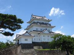 天守閣は石垣からの高さは27.2mで、全国第7位の高さを誇ります。 最上階からは相模湾などを一望出来ます。