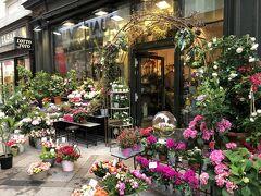 花屋さんは華やか。
