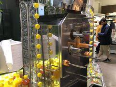 ホテルから徒歩一分。 ノイアーマルクトの広場の北辺にあるスーパ―マーケットではオレンジを絞ってその場で瓶に詰め売っている。