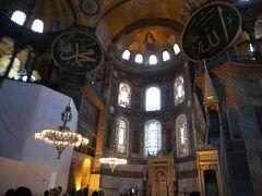 続いて、アヤソフィアにやってきました!  ここはイスタンブールでも大好きな場所の一つです。 アヤソフィアは元々ギリシャ正教の大聖堂であり総本山でしたが、オスマン帝国によってコンスタンティノープルが陥落した際にモスクに改修された、複雑な歴史を持ちます。漆喰で塗りつぶされ、その後修復されたモザイク壁画も有名ですね。  それにしても、1年前にも増して、絶賛工事中ですね。。。  ミュージアムパス(在住者はミュゼカルト)で入場可。