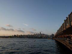 ガラタ橋にやってきました! ガラタ塔が見えるこの景色、大好きです。