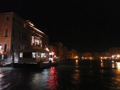 デッキの座席に座って、ベネチアの夜景を眺めながら、最後の乗船を楽しみます。