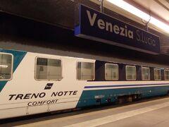 Venezia S.luciaの駅名標と、TRENO NOTTEの客車。