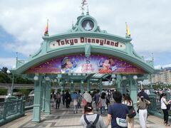 JR舞浜駅から東京ディズニーランドへ向かいます。