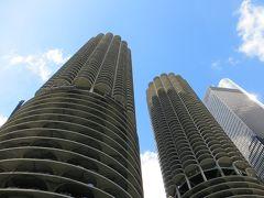 マリーナシティ (1967年築)  コーンコブビルなんて 呼ばれてます  Bertrand Goldbergという建築家が  シカゴの中心地に  中流階級の住人を引き戻そうという目的で建てた  意味ある ビルだそうです   下の方は 柵の無い パーキング!