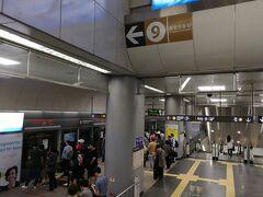 金浦空港から地下鉄9号線の急行電車で江南のホテルまで移動します。 ホテルに近い奉恩寺駅まで40分ほどでした。