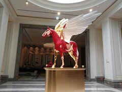 パラダイスシティホテル エントランスにはゴールドとレッドで色分けされたペガサス像があります。