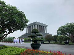 しばらく歩くとホーチミン廟が見えてきました。 一帯は広大な公園になっていて、とても綺麗に整備されています。 衛兵の交代式の後でしょうか?きちんと整列して歩いています。