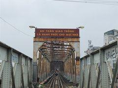 そして時間が余ったので、旦那の強い希望でロンビエン橋へ。 ヴァンちゃんが、何故にロンビエン橋なのですかと不思議そう。 なんでもハノイで一番行きたい場所だそうで。 着くやいなや、一人でぐんぐん進んであっというまに見えなくなる始末。 これは廃墟ではなく、ちゃんとした現役の鉄道なんです。 1902年竣工のフランス植民地時代からのもの。老朽化が半端ない。