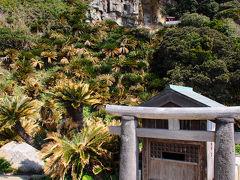 階段を下り切ると、御崎神社の小さな祠があった。 あまりにも不格好な鳥居がとても印象的だ。 ただ、この祠は参拝しやすいように造られたもので、実際の社殿は背後の断崖絶壁の中腹に見えているものだそうだ。 今は立ち入り禁止らしいのだが。