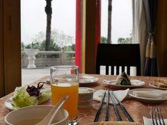 高雄2日目の朝はホテルにて。 台湾の朝食には油条(揚げパン)が欠かせません。