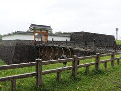 こちらが山形城の本丸一文字門です。 雨と言うせいか感動的に人がいません。