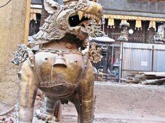 インドラ・チョークからアサン・チョークにかけての通り沿いにあったのは、ちょっと変わった寺院のセト・マチェンドラナート寺院。  セト・マチェンドラナート寺院は木造や石造りではなく、寺院全体が金属でできていて、狛犬さんもメタリックだ。