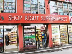 布や毛糸製品お土産以外の食料品系土産は、スーパーマーケットで。 タメル地区にある和食レストラン「桃太郎」の近くにあるShop Right Supermarketへと入ってみた。  店内は地元の方向けではなく完全に観光客の土産探しに適した造りになっていて、ネパール各地のお茶、コーヒー、岩塩などが土産に適したパッケージで並んでいた。 (土産用の紅茶を纏め買いするならば、前述のアムリタクラフトの方が安いし、纏め買いの割引をしてくれるのでお勧め)  品ぞろえは良かったが、タメル地区の外にあるスーパーマーケットと比較すると少しだけお値段が観光客向けに上乗せされているが、1品当たり10から50円程度なので、タメル地区の観光ついでに買い物を出来るという点でメリットは大きいと思う。