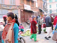アサン・チョークでは朝市が始まっていて、農家のおかみさん達が朝どりのお野菜を直売中。