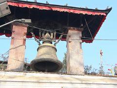 広場には悪霊よけの力はあると言われる18世紀に建立されたタレジュ・ベルの姿も。  このタレジュの鐘の脇に八角堂があったのだが、ネパール地震で倒壊し瓦礫の山となっていた。