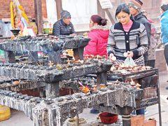 戦うシヴァ神であるカーラ・バイラヴ神の広場には、朝から参拝客が熱心に蝋燭を灯し、祈りを捧げていた。