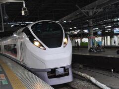 新橋駅で乗り換えです。  先発の「ひたち13号」いわき行きが通過します。