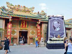 ワット・マンコン・カマンワラート、龍蓮寺にやってきました。 ヤワラートにある中華系仏教寺院ですが、諸願成就のお寺としても大変名高いお寺なので華僑以外のタイ人にも大変人気のお寺。 その土地に行っても現地の人の文化や風習と一線を画しがちな華僑人ですが、ここのタイでは同化政策を取られた事もあり、結構タイ人に馴染んできております。だから前国王陛下が崩御された事も心から悲しみますし、中華系仏教寺院でも王様を祀ったりしていますね。