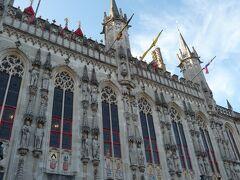マルクト広場のブルージュ市庁舎です。