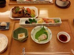 従姉と会い、エルガーラ6階の「草草柚子庵」にてランチ。 私はあら炊き定食。福岡のお醤油は甘くて大好き。普段は肉派ですが。