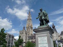 """広場に建つルーベンスの像。  両手を広げて""""Wellcome to Antwerpen!""""、と言ってるようです。"""