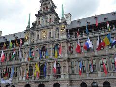 広場に建つ市庁舎は1561~64年にかけて建てられました。