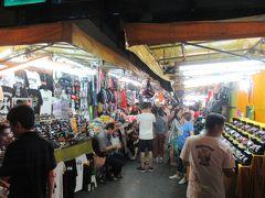 ナイトマーケットには、時計やカバン、服、靴などの 屋台で通りを埋め尽くされています。