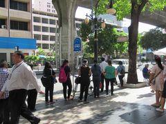 BTSサラデーン駅の下のバス停で15番バスを待ちます。 暑いので、みんな日陰でバスを待ちます。