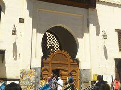 カラウィンモスクをぐるりと半周廻るとサファーリン広場