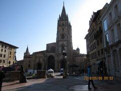 「アルフォンソ2世広場」と 14~16世紀にかけて建てられたカテドラル 正式名称はサンサルバドル大聖堂