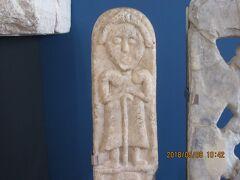 カテドラル隣の「アストゥリアス考古学博物館」 素朴な彫刻他、陳列されています。 9:30から15:00無料