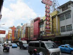中華街の中心付近。 看板がいかにも中華街という感じですね。