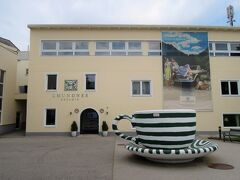 グムンデンと言えば、グムンデン焼きという陶器で有名!  有名な Gmundner Keramik Manufaktur (グムンデン陶器工場)へ行ってみることにしました。  帰ってから気が付いた、こっちのエリアはB級品販売コーナー・・・。  B級品とはいえ、何が悪くてB級なのか素人にはまったくわからないし、お皿を2枚自分へのお土産に購入♪   ニヤニヤしながら店を出て、湖畔に戻ると、何やら雲行きが怪しい・・・・・・。 これはホテルへ戻った方が良さそう・・・・って自転車をこぎ始めて数十分、まさかの大雨!!!   ずぶ濡れになって、ホテルに戻りました(笑) それもまぁ、思い返せば良い思い出。   今回のザルツカンマーグートの旅は、ときに自然の中でアクティブに、ときにホテルでナマケモノに、いつでも食欲旺盛に・・・(笑)  ウィーンも含めると、華々しい歴史とその建造物、洗練された食事を思う存分堪能しました◎   次はハルシュタットに行くぞッw