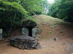 さらに登れば、史跡の童男山古墳。巨石で組まれた内部にまで入ることができて、ちょっと映画「君の名は」を思い出しました。  …他のメンバー4人には通じなかったけど。
