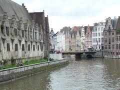 川に沿って左に大肉市場 。15世紀に建てられました。