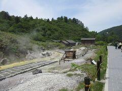 その先の玉川温泉自然研究路に歩を進める。湧き出たお湯を湯樋(ゆどい)に通して湯の花を採っている。