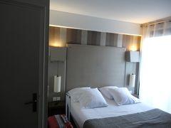 ホテルの周りは1方通行らしく、旧市街の周りを迂回しながら細い道をくねくねと走り、20分ほどで無事にホテル到着。 二人とも疲れ切ってたけど、心の中ではバンザーィ!  Les Trois Couronnes Panoramique Cité(レ トロワ クーロンヌ パノラミク シテ)が今回泊まるホテル。 眺望有りの部屋をリクエストしたので、1泊137ユーロだった。  ホテルのカウンターではスタッフがにこやかにお出迎え。 ストのことを話すと更ににこやか。 それは大変だったね、でもこの時期そんなことはよくあることさ! そしてラスト、このひと言が忘れられない。 「イッツ フラーンス!」