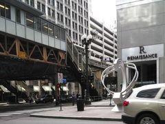 STATE/LAKE 駅前に  ルネッサンスホテルがあり  その前にもアート作品が!