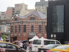 駅前に建つ紅楼