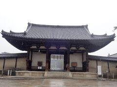 およそ40分で法隆寺に着きました。 着いたときはまだ小雪混じりでした。 国宝・南大門。