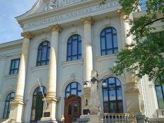 目印のラトヴィア国立美術館までやって来ました。 ラトヴィア国民の芸術家の作品のみ展示されているんだとか。  この建物の角を北西へ曲がり、お目当てのエリザべテス通りへ。