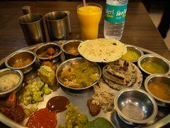 今回は一人旅でも安食堂ばかりにならないよう、ちょっとレストランも調べて来ました。そのうちの一つ、Rajidhani Thali Restaurant。レストランに入るおでこにペイントされてウェルカムスイーツをいただきます。テーブルに案内されると空のお皿が並んでいて、たくさんのおじさんが次々に主食やカレーを盛り付けてくれます。写真の他にもご飯やら他のおかずやら、お腹いっぱいでお断りしました。お値段はちょっとお高めだけど、楽しかったし美味しかったです。