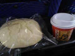 今回参加したバスツアーは三食付きなのですが、 朝食は海老名SA名物のメロンパン? 中は本物のメロンのような緑色をしていて、 美味しかったです。