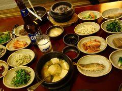 韓国家庭料理の店「トブロハムッケ」で 人気の「釜飯定食」をいただきました。  地方産の山野菜で作られた手作りおかずと 韓国風みそ鍋(テンジャンチゲ)。  でも、「あの街から」には 今ひとつ ピン とくるものがなかったなぁ。 川魚や沢カニの佃煮とか箸をつけられなかった 小皿が何品かあったのと 雨もあり他にお客さんがいなかったこともあり 3人のおばさまと1人のおじさん(スタッフ) から、ずーっと視線を送られていて(〃⌒ー⌒)/   スタッフさんは、きっと食べ方など気を使って いるのだろうなぁ。とは分かるのですが・・・  画像は2人前です。