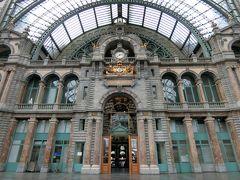 エスカレーターを上がりきった一番上です。 「世界一美しい駅」と名高い駅だけあって、大きなカメラで駅の写真を撮っている人がたくさんいました。 真ん中の扉を抜けると-