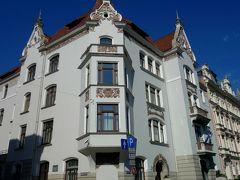 こちらの建物ルネッサンス風。K.ペークシェーンス作。 各階の窓の形状が違います。  1904年建築 Elizabetes Street 13