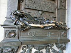 19時にレストランを出て、グランプラスを横切って、セルクラースの像まで行きました。 なでると幸せになれるそうです。 ブリュッセルのビリケンさんか。