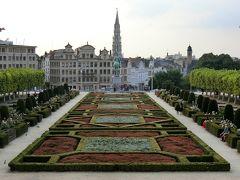 ここから写真を撮りましょう、的なマークが足元にありました。 ブリュッセルを見下ろすアルベール1世の後ろ姿が見えます。