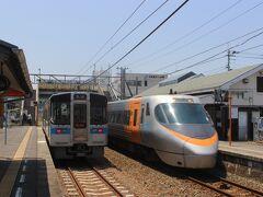 今治駅に戻り、鈍行列車で松山へ向かいます。 途中、三津浜駅と言う無人駅で下車します。  特急「しおかぜ」が通過していきました。